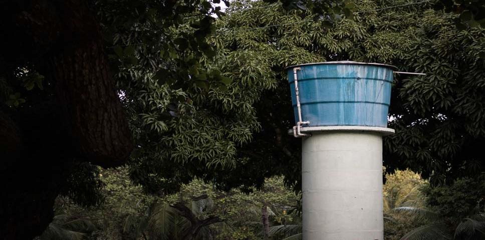 imagem de caixa d'água no alto de uma torre