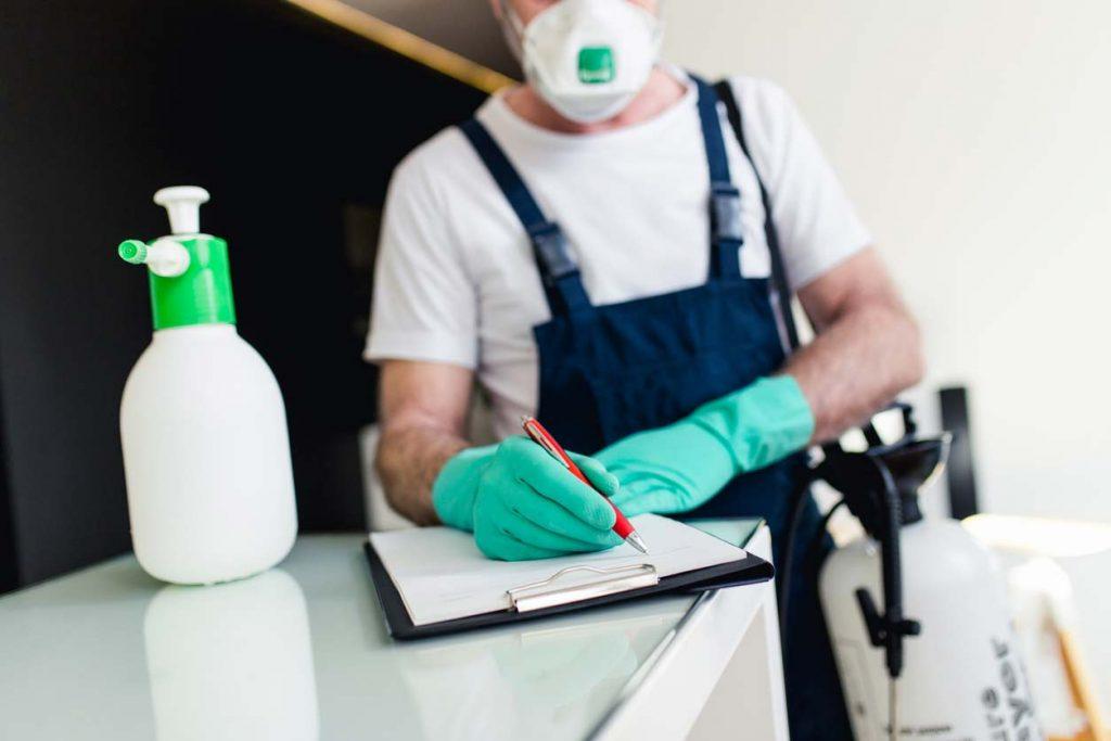 homem fazendo uma lista de limpeza para zelar pela estrutura da empresa